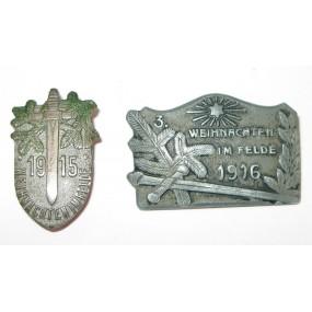 2 Stück K. u. K.  Kappenabzeichen, Weihnachten im Felde 1915/3. Weihnachten im Felde 1916